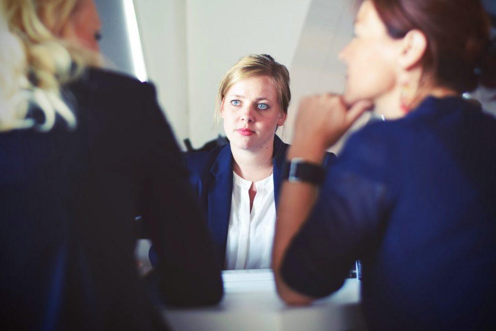 商談する女性
